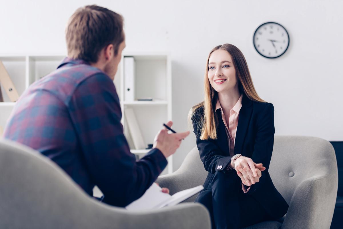Wer erfolgeich Interviews führen möchte, sollte sich gut vorbereiten und auch im Gespräch einige Regeln beachten.